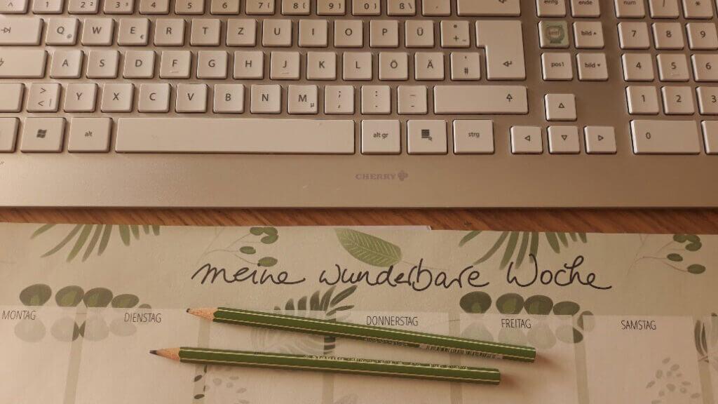 Schreibtisch_12von12_August_Diana-Pfister_blattwerkstatt_Illustration+Gestaltung